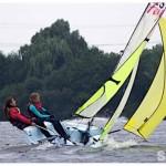 Ein Boot, Modell Feva, bei viel Wind mit gesetztem Gennaker