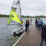 Steg mit Personen und Boot beim Schnuppersegeln