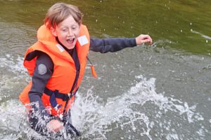 Junge rennt ins Wasser Spaß bei der Optiausbildung SVGS