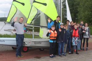 Mitglieder und Trainer der Jugendabteilung freuen sich über die neuen Boote
