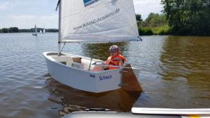 Mädchen im Segelboot beim Fereinpass-Kurs 2019