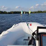 Blick vom Fahrersitz des Motorbootes